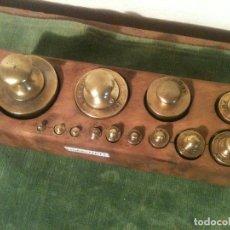 Antigüedades: FABULOSO JUEGO DE 13 ANTIGUAS PESAS DE BRONCE EN SU TACO ORIGINAL DE 1G A 1KG (E14). Lote 107504799