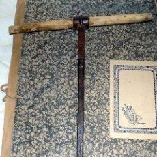 Antigüedades: ANTIGUA HERRAMIENTA CARPINTERIA, BARRENA. FORJA, CON MARCAS. 40 CM.. Lote 107569767
