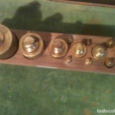 Antigüedades: PRECIOSO JUEGO DE 12 ANTIGUAS PESAS DE BRONCE DE 5G A 1KG (E20). Lote 107573623
