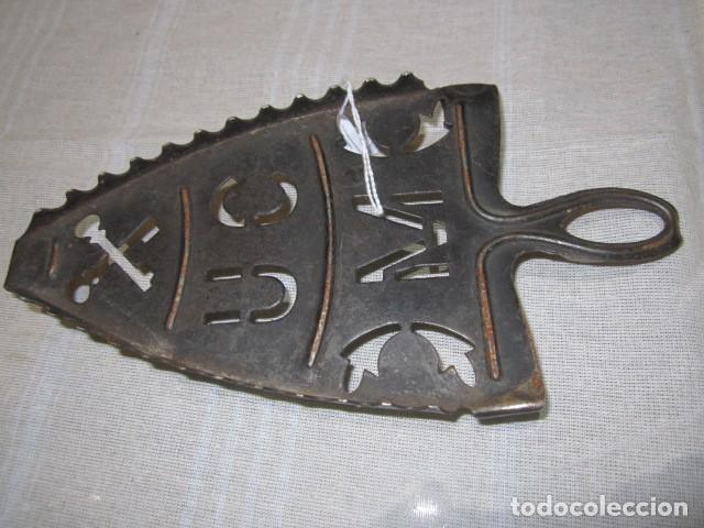 ANTIGUO SOPORTE DE HIERRO PARA PLANCHA. 23 X 11 CMS. (Antigüedades - Técnicas - Planchas Antiguas - Varios)