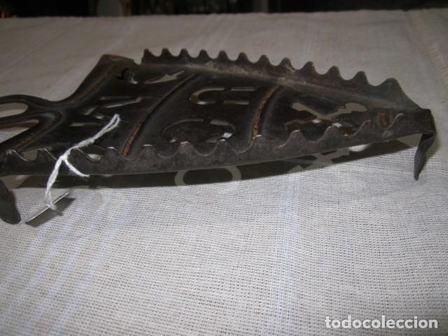 Antigüedades: Antiguo soporte de hierro para plancha. 23 x 11 cms. - Foto 3 - 107643611