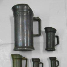 Antigüedades: JUEGO DE 5 CINCO JARRAS DE ESTAÑO VARIAS MEDIDAS. PB36. Lote 107671551