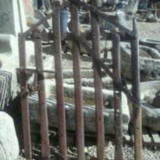 Antigüedades: PUERTA ANTIGUA TOTALMENTE REALIZADA POR HERRERO REUTILIZANDO HIERROS DE LAS LLANTAS DE LOS CARROS. Lote 107696344