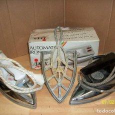 Antigüedades: LOTE DE 2 PLANCHAS JATA MODELO 31 CON POSA PLANCHA. Lote 107939047