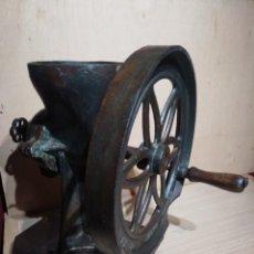 Antigüedades: DECORATIVO MOLINO MOLINILLO CAFE GRANO TOMAS SOLES GERONA GRANDE RUEDA 34 CM DE DIAMETRO. Lote 108338495