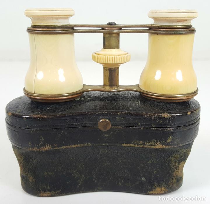 BINOCULARES DE OPERA. HUESO Y METAL. FUNDA ORIGINAL DE PIEL. SIGLO XIX-XX. (Antigüedades - Técnicas - Instrumentos Ópticos - Binoculares Antiguos)