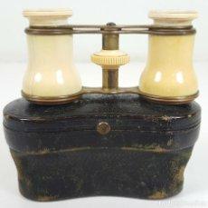 Antigüedades: BINOCULARES DE OPERA. HUESO Y METAL. FUNDA ORIGINAL DE PIEL. SIGLO XIX-XX.. Lote 108422543