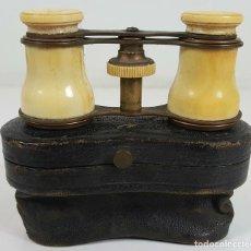 Antigüedades: BINOCULARES DE OPERA. HUESO Y METAL. FUNDA DE CUERO ORIGINAL. SIGLO XIX-XX.. Lote 108423883