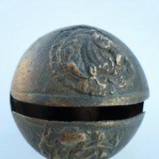 Antigüedades: GRAN CASCABEL DE BRONCE TIBETANO O INDÚ MUY ANTIGUO CON DIBUJO EN RELIEVE DE SERES MITOLOGICOS. Lote 108458507