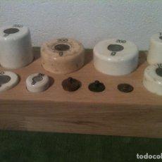 Antigüedades: BELLO Y SINGULAR JUEGO DE 10 ANTIGUAS PESAS DE PORCELANA Y BRONCE DE 5G A 250G. Lote 154302184