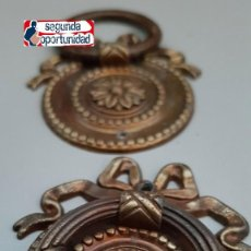 Antigüedades: LOTE DE 2 TIRADORES ANTIGUOS DE BRONCE O LATÓN. TAMAÑO 6X6 CM DE ANCHOS.. Lote 108762591