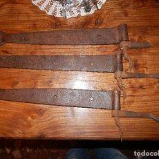 Antigüedades: 3 GRANDES BISAGRAS ORIGINALES DE FORJA PARA PORTÓN XVIII COMPLETAS. Lote 108833999
