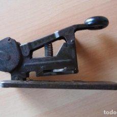Antigüedades: EXTRAORDINARIA GRAPADORA ANTIGUA DE CARRETE. THE BATES MFG CO ORANGE N J USA AÑO 1935 EEUU OFICINA. Lote 108856811