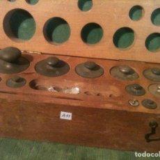 Antigüedades: BONITO ESTUCHE DE 12 ANTIGUAS PESAS EN HIERRO DE 1G A 500G (A11). Lote 108901371