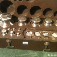 Antigüedades: BONITO ESTUCHE DE 12 ANTIGUAS PESAS DE HIERRO CROMADO DE 1G A 500G (A15). Lote 108902211