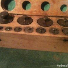 Antigüedades: BONITO ESTUCHE DE 12 ANTIGUAS PESAS EN BRONCE DE 1G A 500G (A16). Lote 108902447