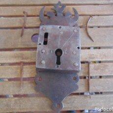 Antigüedades: ANTIGUA Y GRAN CERRADURA DE FORJA DECORADA NO TIENE LA LLAVE CON CLAVOS ORIGINALES. Lote 109006323