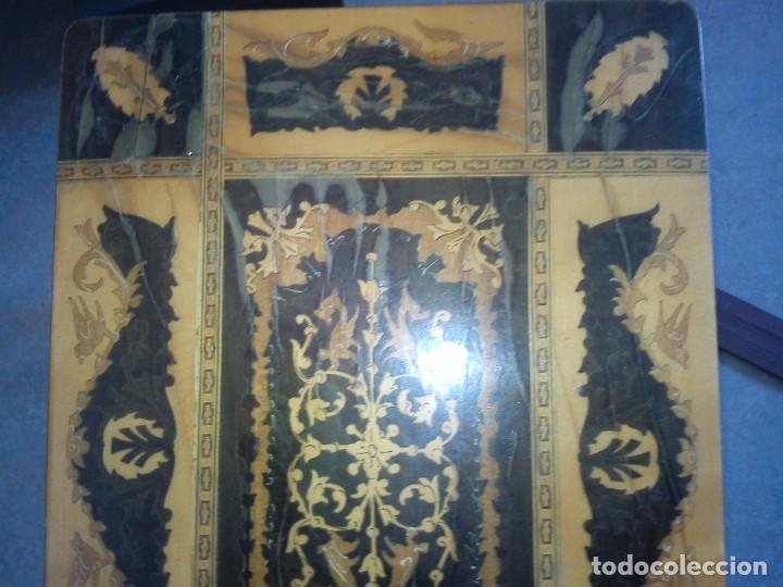 Antigüedades: ESPLENDIDA MESA Y CAJA DE COSTURA TIENE CAJA DE MÚSICA ESTA HECHA EN MADERA MARQUETERÍA MAD ITALY - Foto 10 - 109054331