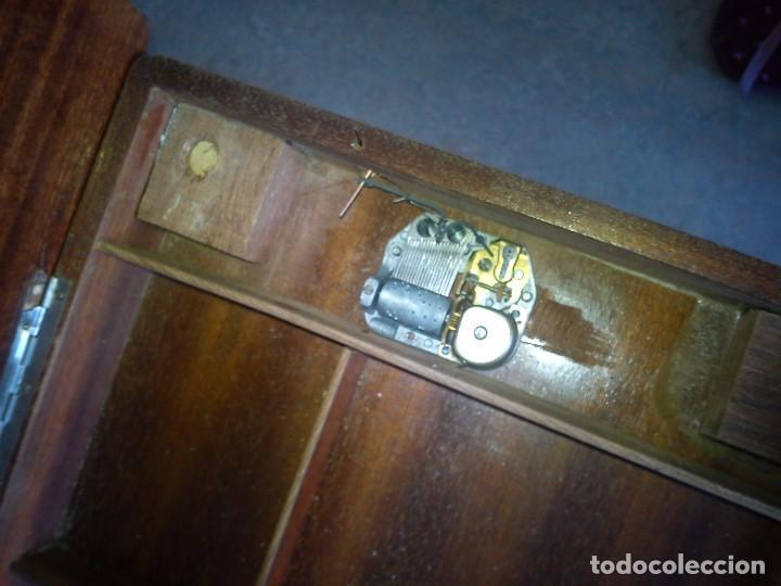 Antigüedades: ESPLENDIDA MESA Y CAJA DE COSTURA TIENE CAJA DE MÚSICA ESTA HECHA EN MADERA MARQUETERÍA MAD ITALY - Foto 12 - 109054331