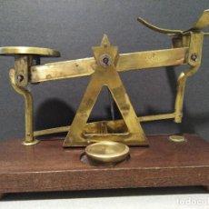 Antigüedades: ANTIGUA BALANZA DE COBRE SOBRE BASE DE MADERA. Lote 109082479