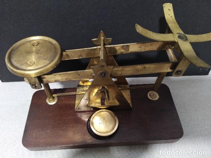 Antigüedades: ANTIGUA BALANZA DE COBRE SOBRE BASE DE MADERA - Foto 4 - 109082479