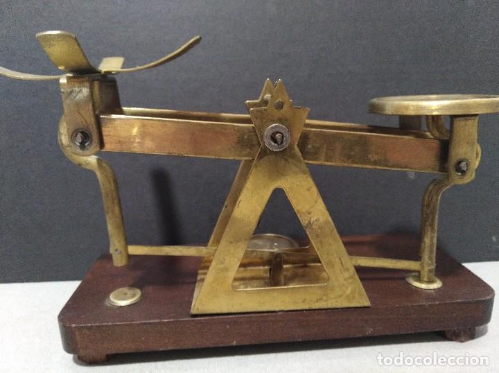 Antigüedades: ANTIGUA BALANZA DE COBRE SOBRE BASE DE MADERA - Foto 5 - 109082479