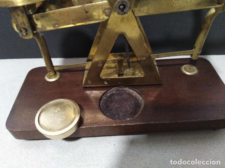 Antigüedades: ANTIGUA BALANZA DE COBRE SOBRE BASE DE MADERA - Foto 6 - 109082479