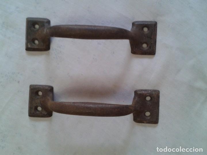 UNA PAREJA DE TIRADORES DE LATÓN (Antigüedades - Técnicas - Cerrajería y Forja - Tiradores Antiguos)