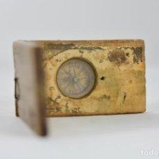 Antigüedades: RELOJ DE SOL CON BRÚJULA INCRUSTADA EN MADERA CON GRABADOS. Lote 109155407