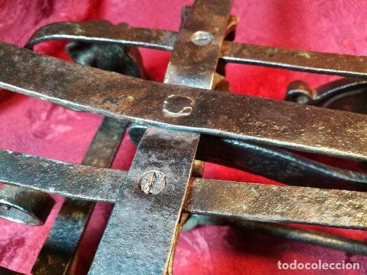 Antigüedades: EXPECTACULAR BALANZA ESPAÑOLA CON ESCUDO LOGO DE FARMACIA ORIGINAL ESPAÑA SIGLO XIX - Foto 8 - 109306863