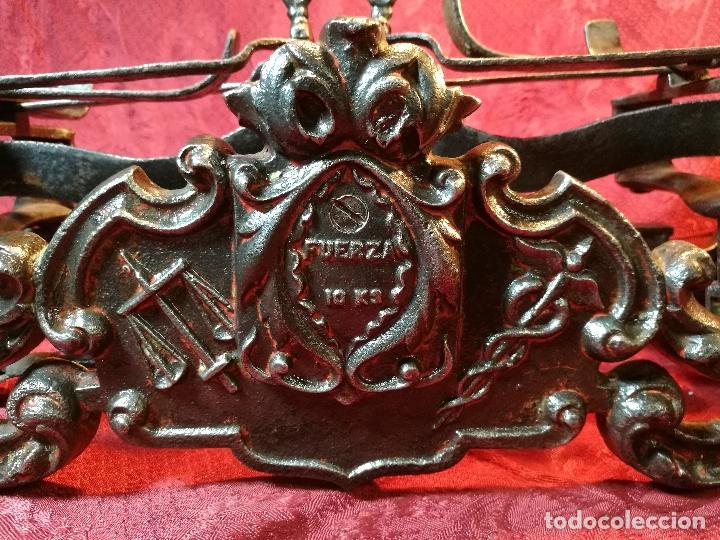 Antigüedades: EXPECTACULAR BALANZA ESPAÑOLA CON ESCUDO LOGO DE FARMACIA ORIGINAL ESPAÑA SIGLO XIX - Foto 10 - 109306863