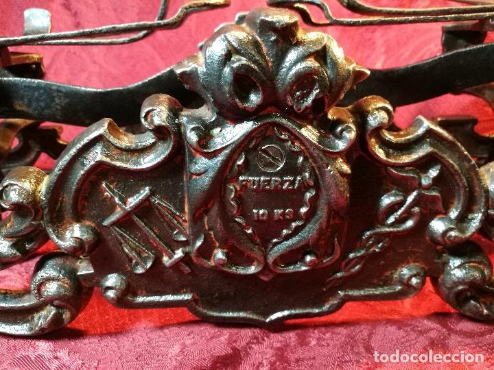 Antigüedades: EXPECTACULAR BALANZA ESPAÑOLA CON ESCUDO LOGO DE FARMACIA ORIGINAL ESPAÑA SIGLO XIX - Foto 16 - 109306863
