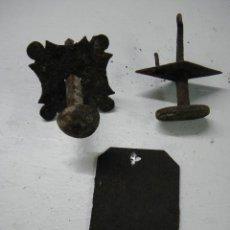 Antigüedades: LOTE DOS TIRADORES Y ADORNO CERRADURA. Lote 109417551