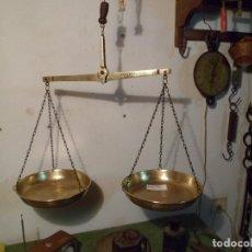 Antigüedades: BONITA BALANZA COLGANTE DE DOS PLATOS, TODA DE BRONCE (B2P6). Lote 109484731
