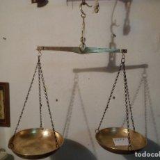 Antigüedades: BONITA BALANZA COLGANTE CON DOS PLATOS Y TOTALMENTE DE BRONCE PARA 5 KG (B2P7). Lote 109486595