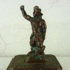 Antigüedades: ANTIGUA Y RARA HUCHA ART DECO EN CALAMINA CON CURIOSO MINI CANDADO AÑOS 20 - 30. Lote 109532431