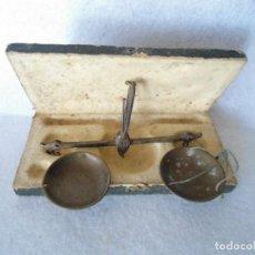 Antigüedades: ANTIGUA PEQUEÑA BALANZA DE FARMACIA. Lote 110085255