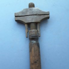 Antigüedades: LLAVE INGLESA TIPO MARTILLO CON CUÑO DE FABRICANTE (19X8CM APROX). Lote 110147355