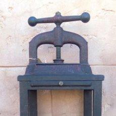 Antigüedades: ANTIGUA PRENSA DE IMPRENTA CON MUEBLE. HIERRO FUNDIDO Y MUEBLE DE MADERA. ALTURA: 1,15 M. Lote 110197447