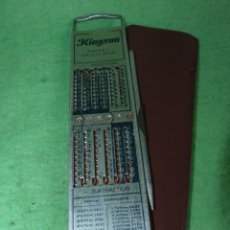 Antigüedades: CURIOSA CALCULADORA MANUAL KINGSON POCKET CALCULATOR FUNDA PUNTERO TODO METAL AÑOS 60. Lote 110530443
