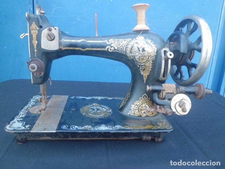 MAQUINA DE COSER, DECORACION ORO, PP SIGLO XX (Antigüedades - Técnicas - Máquinas de Coser Antiguas - Otras)