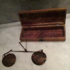 Antigüedades: ANTIGUA BALANZA, CON ESTUCHE.. Lote 110587607