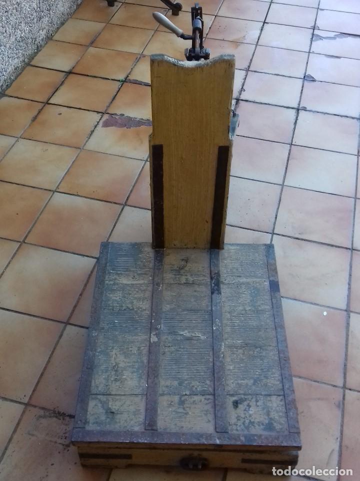 Antigüedades: ANTIGUA BASCULA ROMANA DE BRAZO FRONTAL Y CON CUATRO PESAS DE HIERRO - Foto 4 - 110654979