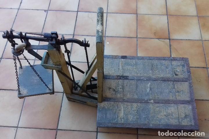 Antigüedades: ANTIGUA BASCULA ROMANA DE BRAZO FRONTAL Y CON CUATRO PESAS DE HIERRO - Foto 8 - 110654979