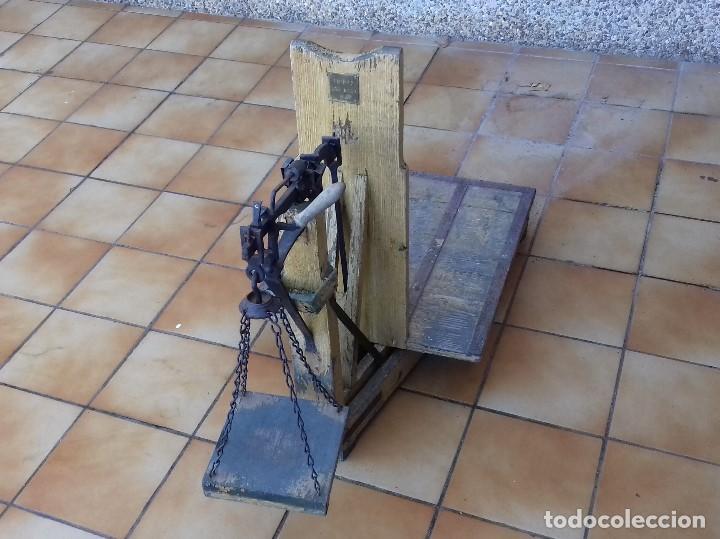 ANTIGUA BASCULA ROMANA DE BRAZO FRONTAL Y CON CUATRO PESAS DE HIERRO (Antigüedades - Técnicas - Medidas de Peso - Básculas Antiguas)