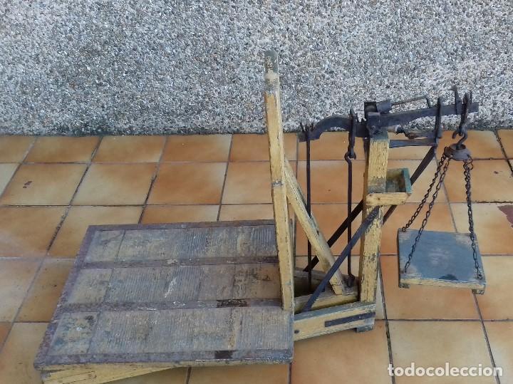 Antigüedades: ANTIGUA BASCULA ROMANA DE BRAZO FRONTAL Y CON CUATRO PESAS DE HIERRO - Foto 9 - 110654979
