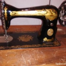 Antigüedades: MAQUINA DE COSER SINGER NUEVA CON SU MUEBLE. Lote 110802847