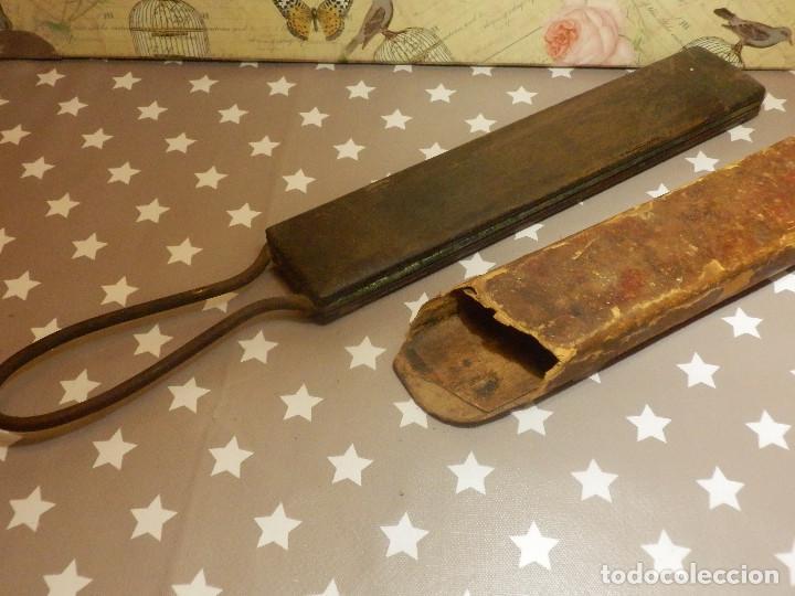 Antigüedades: Afilador - Asentador - Para navajas antiguas de afeitar - Con funda original - Foto 3 - 110880379
