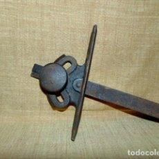 Antigüedades: ANTIGUO TRANSPORTADOR DE ÁNGULOS DE HIERRO 45 X 22 CM.. Lote 110921827