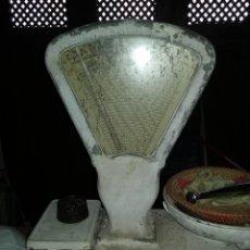 Antigüedades: BÁSCULA ANTIGUA DE ULTRAMARINOS CON PESAS, 4. Lote 111053755
